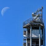 電波塔と月